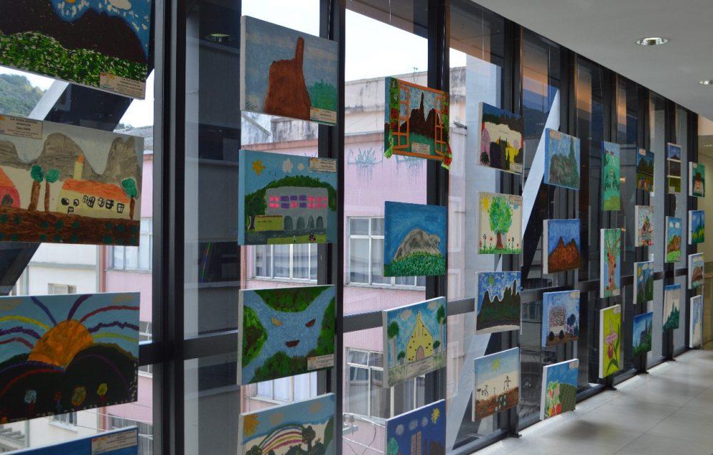 Exposição Teresópolis em Cores, com telas dos alunos da Educação Infantil no Teresópolis Shopping